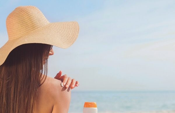 Protéger sa peau du soleil avec de l'huile de coco